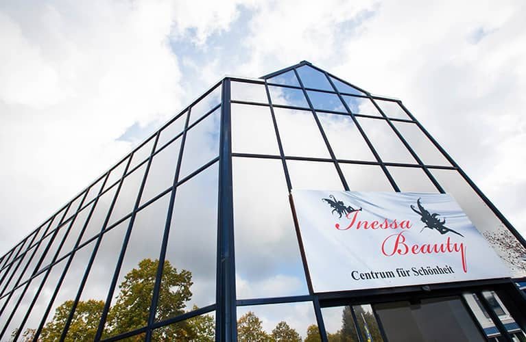 banner mit der aufschrift inessa beauty centrum fuer schoenheit mobil