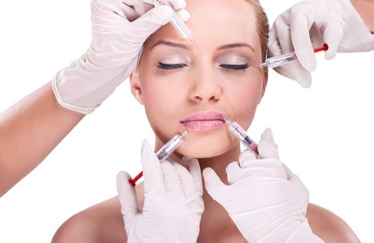 junge frau erhaelt mehrere injektionen im gesicht bei der medizinischen kosmetik von inessa beauty klein