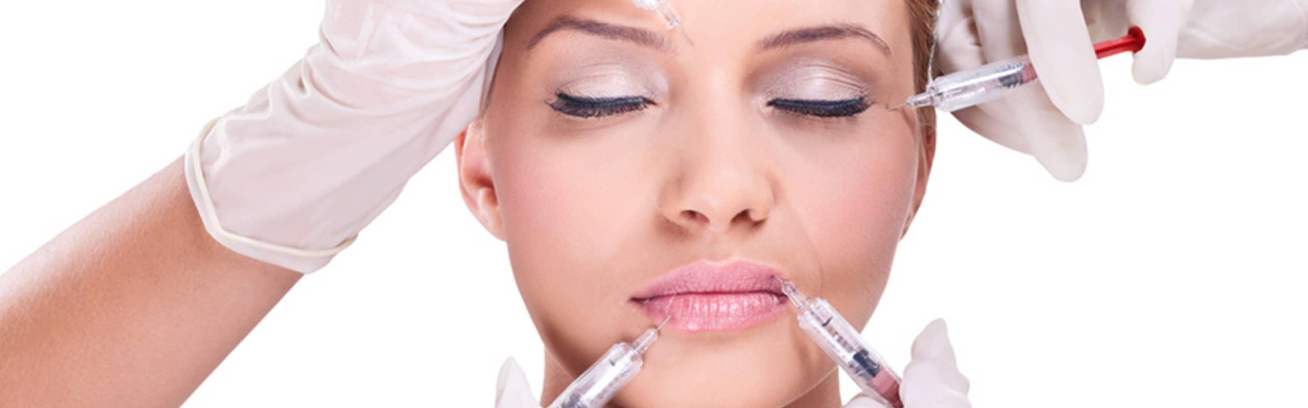 junge frau erhaelt mehrere injektionen im gesicht bei der medizinischen kosmetik von inessa beauty